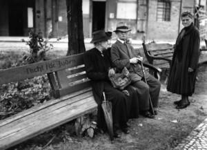 """""""Arische"""" Bänke für Juden verboten (Foto nicht Rothenburg)"""