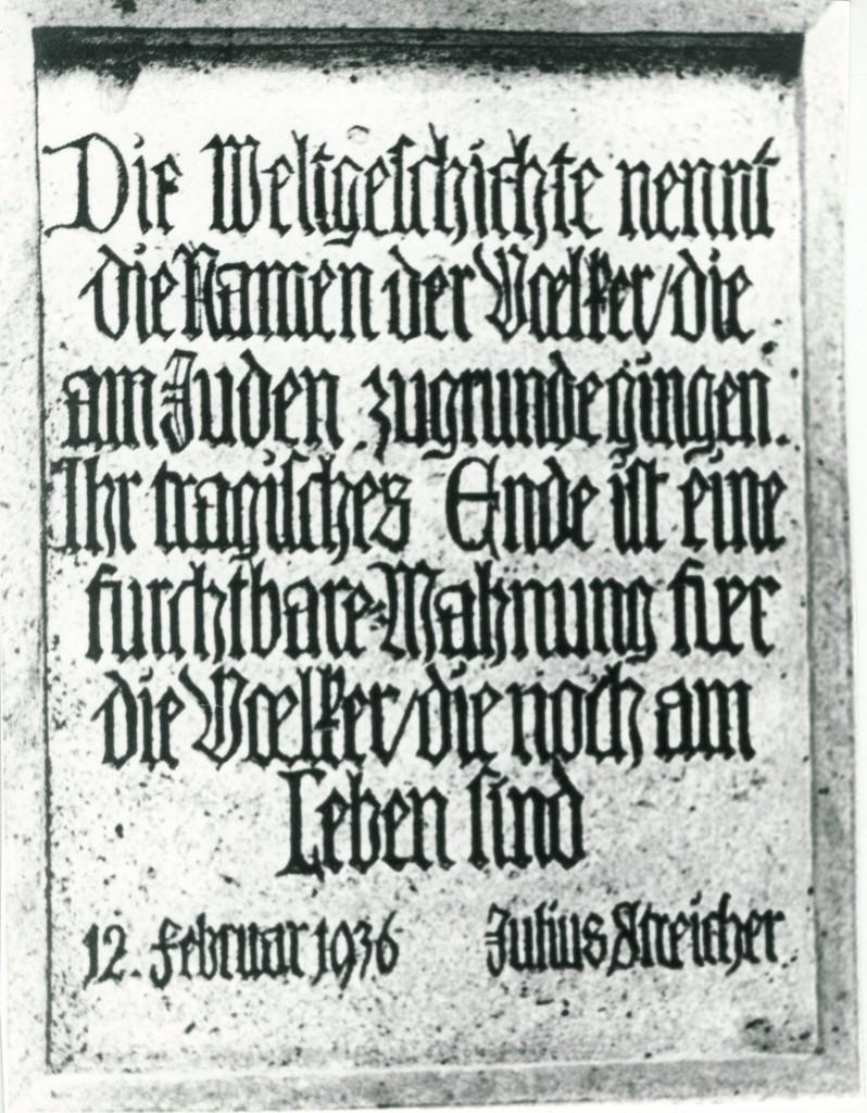 """""""Judentafel"""" am Rödertor, die Unbehauen mit einem Spruch von Gauleiter Julius Streicher entwarf."""