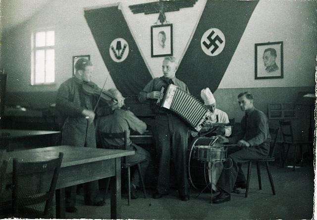 Edwin Böhm (Mitte) im RAD-Lager Rothenburg am Topplerweg