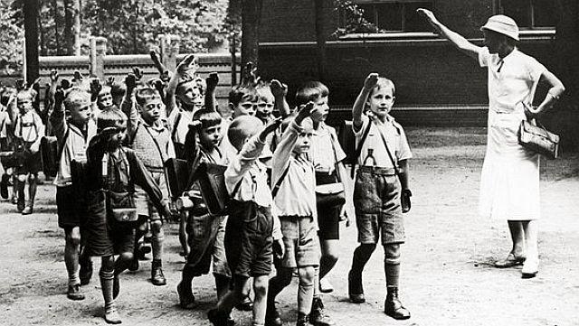 """Auch Schüler mussten mit """"Heil Hitler"""" grüßen"""