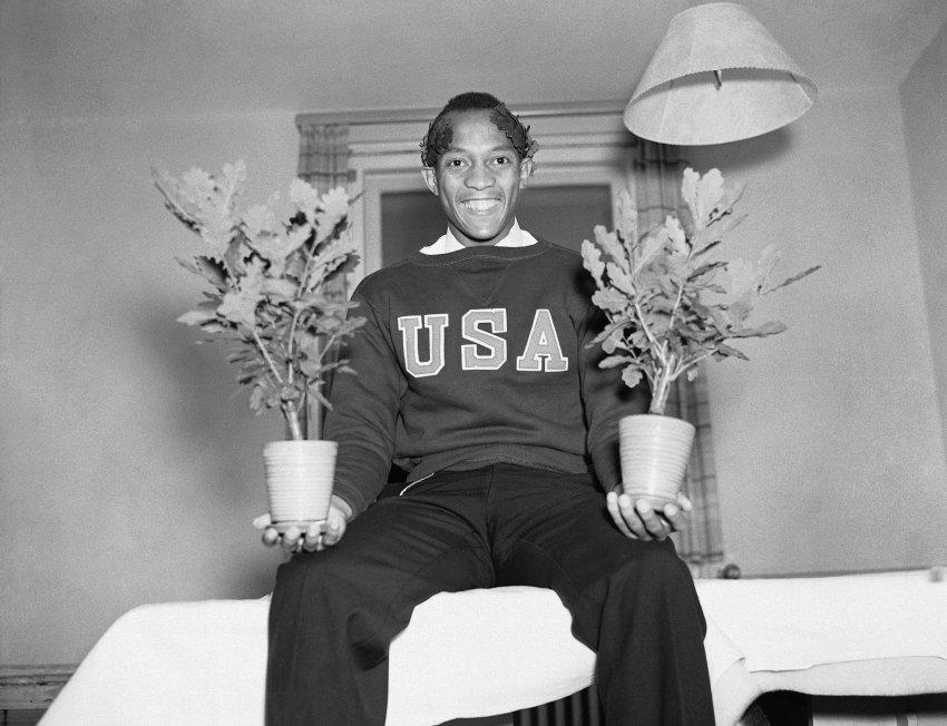 Jesse Owens aus Cleveland (USA) mit zwei seiner vier Eichen-Sprösslinge