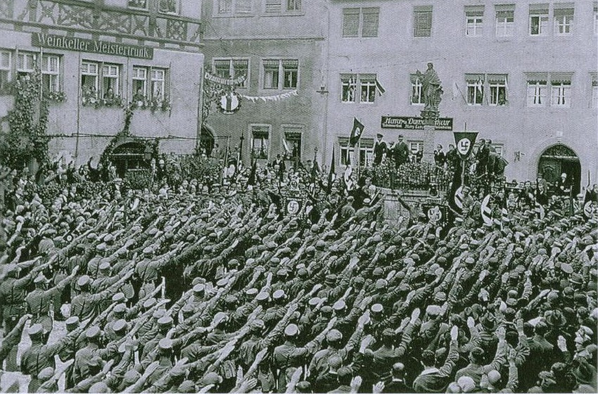 Pfarrer Max Sauerteil spricht 1933 auf dem Rothenburger Kapellenplatz zur SA (Sturmfahnen-Weihe)