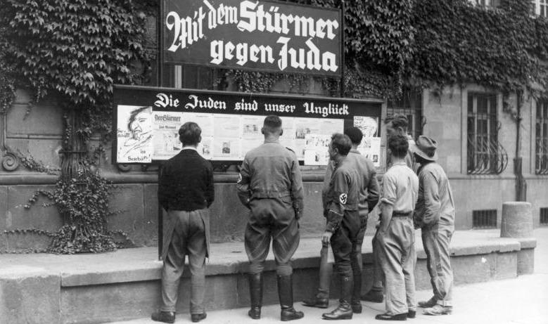 """""""Stürmer""""-Kästen gab es in alles deutschen Städten; in Rothenburg in der Herrngasse"""