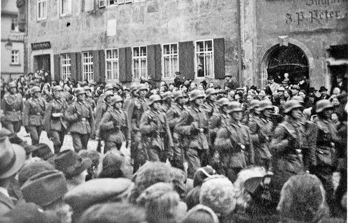 Landesschützen marschierem durch die Herrngasse in Rothenburg ob der Tauber