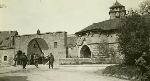 Amerikanische Soldaten besetzen am 17. April 1945 die Stadt Rothenburg ob der Tauber (Spitaltor)