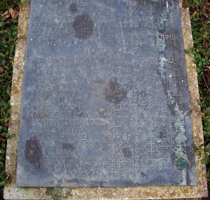 Der Gedenkstein auf dem Friedhof nennt nur die Namen, nicht die Todesursachen der Verstorbenen; Foto: Wolf Stegemann