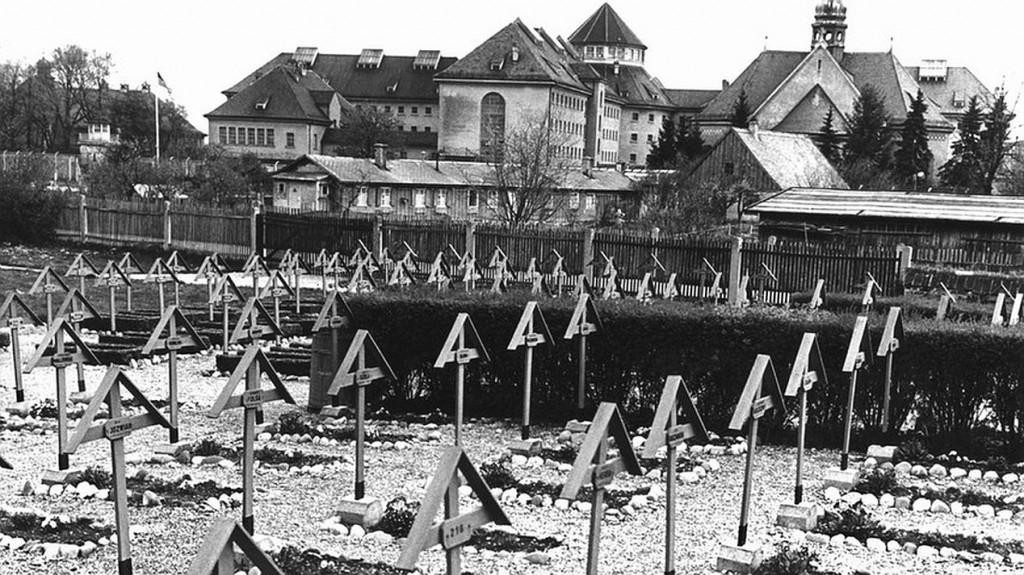Der Kriegsverbrecher-Friedhof damals mit den Kreuzen und Namensschildern