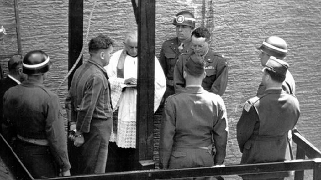 Hinrichtung des SS-Mannes Schöttl am 7. Januar 1948 in Landsberg, der einen Fliegermord begangen hatt. Pfarrer Morgenschweis steht mit auf dem Galgengerüst