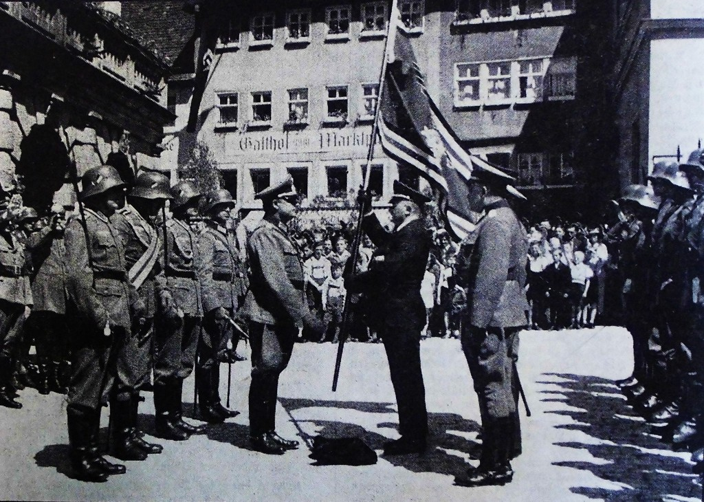 Major Kraus übergibt der Rothenburger Soldatenkmeradschaft 1935 am Marktplatz die Fahne