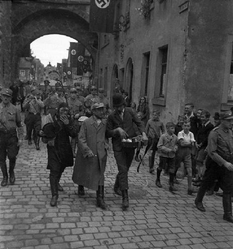 Straßenfasching in Rothenburg. Nazis verkleideten sich als Juden; Foto: Richard Wagner