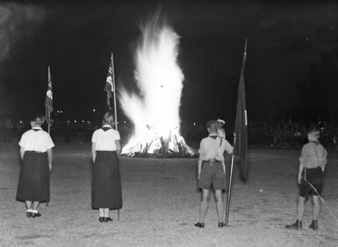 HJ und BDM beim Sonnwendfeuer; Foto: Bundesarchiv