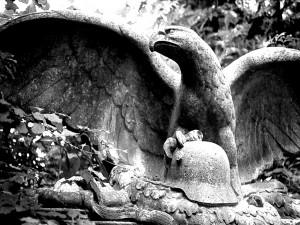 Heldendenkmal: Eichenblätter, Helm und Adler