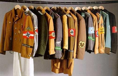 Uniformen der Politischen Leiter der NSDAP udn der angeschlossenen Verbände; Foto: Wikipedia