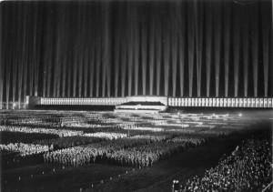 1936 - das Gelände als inszenierter Licht-Dom; Foto: Bundesarchiv