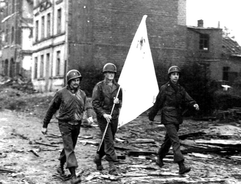 US-Armee-Parlamentäre mit der weiußen Fahne verhandeln über die kampflose Übergabe der Stadt Aachen. Von der Rothenburger Mission gibt es vermutlich keine Fotos.