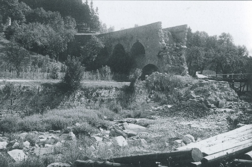 Nachdem die US-Parlamentäre die kampflose Übergabe der Stadt verhandelt hatten, sprengten die Deutschen vor ihrem Abzug am 16. April 1945 noch die Doppelbrücke ueb Am Tag