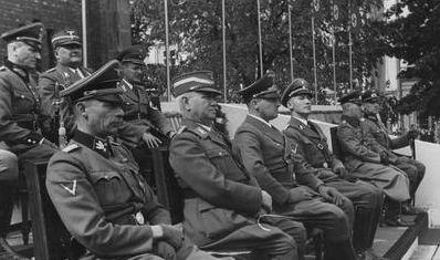 Der bayerische MInisterpräsident am 1. Sept. 1940 dem Adolf-Hitler-Platz in Krakau; v. l. Friedr. Krüger, Ludwig Siebert, Gans Frank, Otto von Wächter; Foto nac-Archiv Warschau