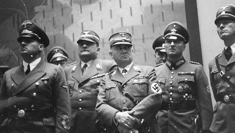 Ludwig Siebert (Mitte) mit Generalgouverneur und NS-Hauptkriegsverbrecher Hans Frank (l.) und anderen NS-Tätern am 1. September 1940 in Krakau; Foto: nac-Archiv Warschau