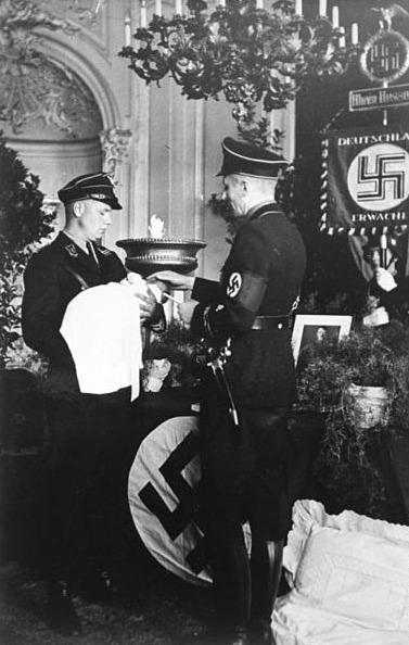 """Lebensborn""-Taufe 1936; Foto: Bundesarchiv"