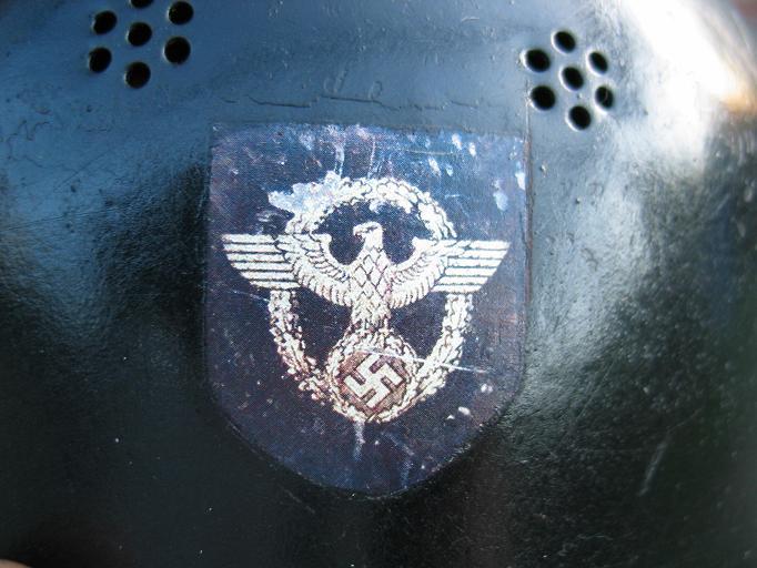 Emblem der Feuerwehr, die im Krieg Feuerpolizei hieß