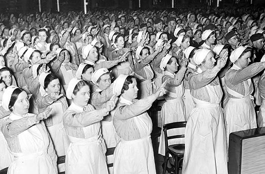 DRK-Schwestern und -helferinnen auf Hitler udn den Krieg eingeschworen; Foto: Bundesarchiv