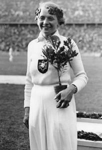 Tilly Fleischmann mit dem Hitler-Setzling 1936