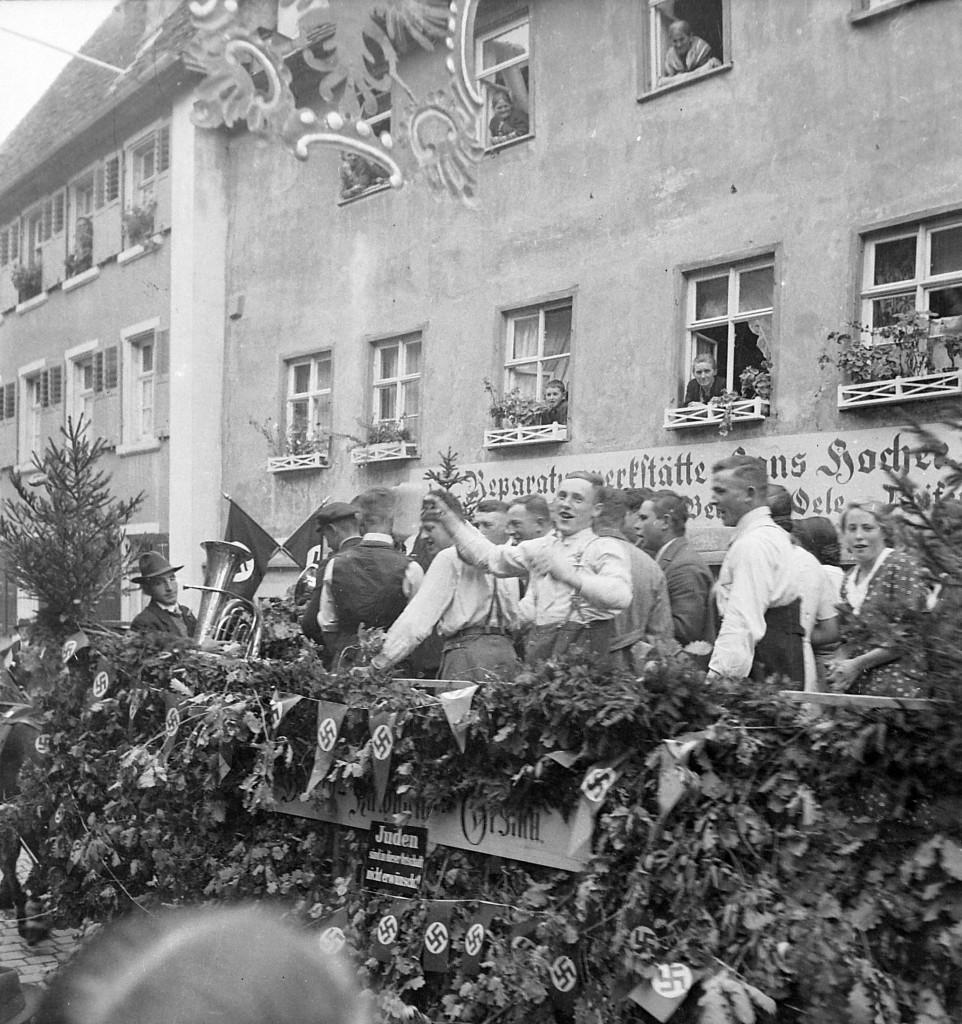 1935 mit einem antisemitischen Schild am Wagen