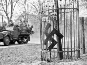 So fanden 1945 Amerikaner beim Einmarsch so manche Hitler-Eiche vor (abgebilderter Ort unbekannt).