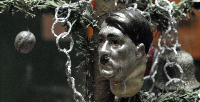 Hitlers Kopf als Kugel am   Weihnachtsbaum