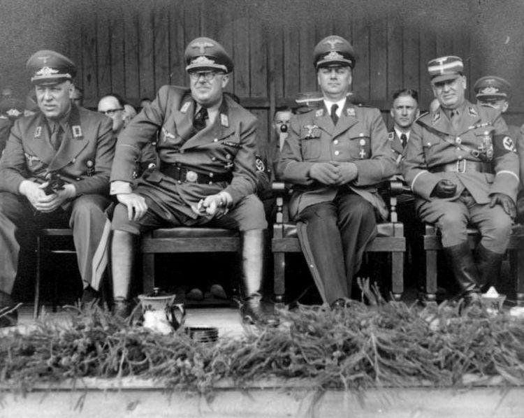 Die Chef-Arier der Nordischen Gesellschaft: Otto H. Drechsler, Hinrich Lohse, Alfred Rosenberg und Walter-Eberhard von Medem 1942; Foto: Bundesarchiv