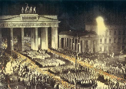 """Die für den """"SA-Mann Brand""""-Film nachgestellte Szene;  Foto: Bundesarchiv"""