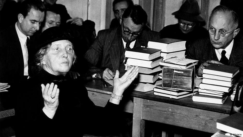 """Typische Handbewegung: """"Ich? Ich doch nicht!""""; Foto zeigt Mathilde Ludendorff"""