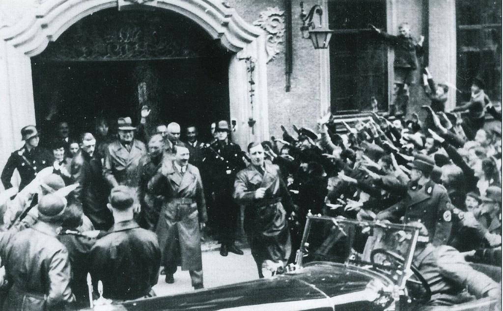 Hitler verläässt das Hotel Eisenhut