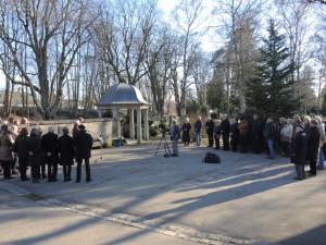Ort der Gedenkstunde an der Friedhofsmauer: Foto: Dieter Balb