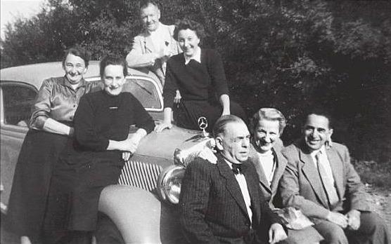 Justin Mann (r. vorne) mit Lina Mann und Martha Mann (dahinter 2.v.l.) 1956 zu Besuch in Rothenburg
