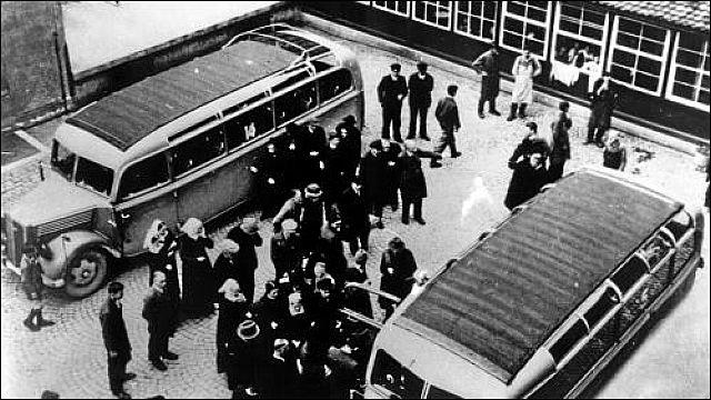 Busse bringen die Patienten von Neuendettelsau in die Todesanstalten