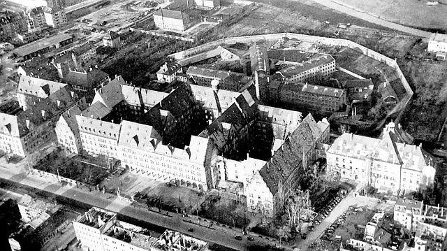 Justizgebäude in Nürnberg mit dahinterliegendem Gefängnis