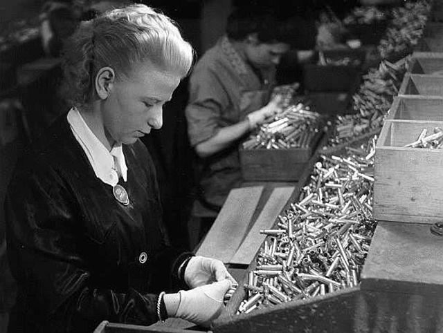Frauen dienstverpflichtet in der Munitionsanstalt