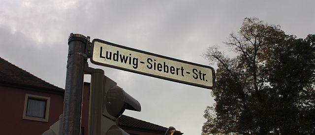 """Noch steht der Name Siebert auf den Straßenschildern - IM Laufe des Jahres 2015 wird die """"Obere Bahhofstraße"""" heißen"""
