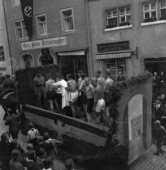 Rollenspiel: Musterung zur Wehrmacht, Umzugswagen 1935 in Rothenburg