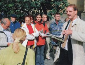 Pfarrer Gußmann als Gästeführer; Foto: Weber (Rotour)