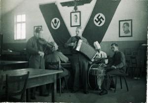 Edwin Böhm (M.) im RAD-Lager Rothenburg