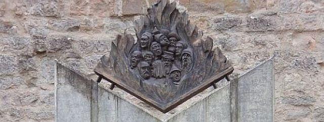 Teil des Gedenksteins für die getöteten Juden an der Nordseite der Kapelle; Foto: Rolf Schreglmann ermordeten