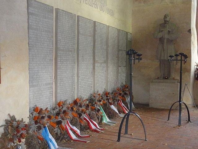Die TAfeln mit den Gefallenen des Zweiten Weltkriegs; Foto: Rolf Schreglmann