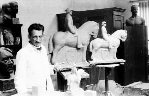 Johannes Oertel inmitten seiner NS-Kunst