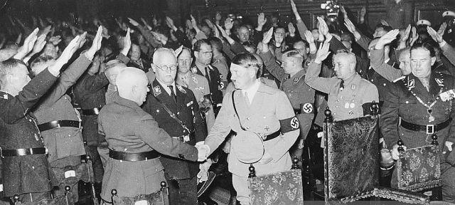 Hitler gibt Siebert die Hand inmitten der Großen des Reiches 1935 in Nürnberg