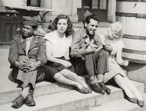 """US-Soldarten und """"Froilleins"""" 1947"""