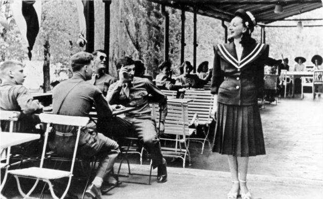 No fraternization! US-Soldaten und deutsche Fräuleins in einem amerikanischen Club