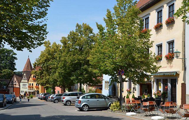 Die beiden Häuser (beige und dahinter das Blaue) gehörten Fanny Loewenthal