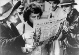 Interessierte Zeitungsleser am 1. Oktober 1946